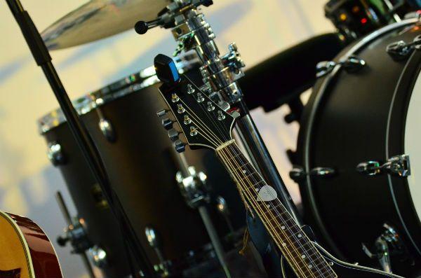 Instrumentos musicais esperam o músico subir ao palco