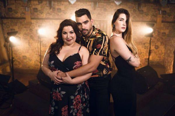 Gabriel Diniz posa com as atrizes do clipe de