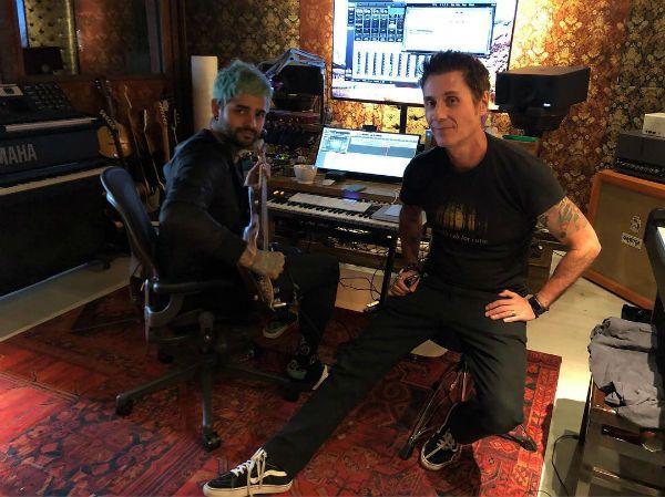 Lucas Silveira e Dinho Ouro Preto trabalhando em estúdio