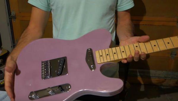 Artesão cria guitarra de espuma