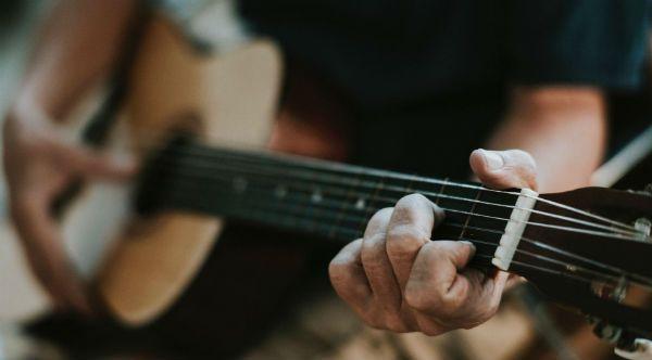 Tocar violão melhora a vida, segundo a ciência