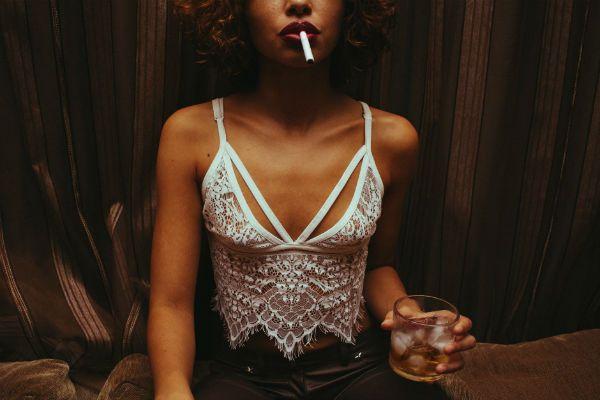 Tabaco e bebida alcoólica com gelo, uma combinação perigosa