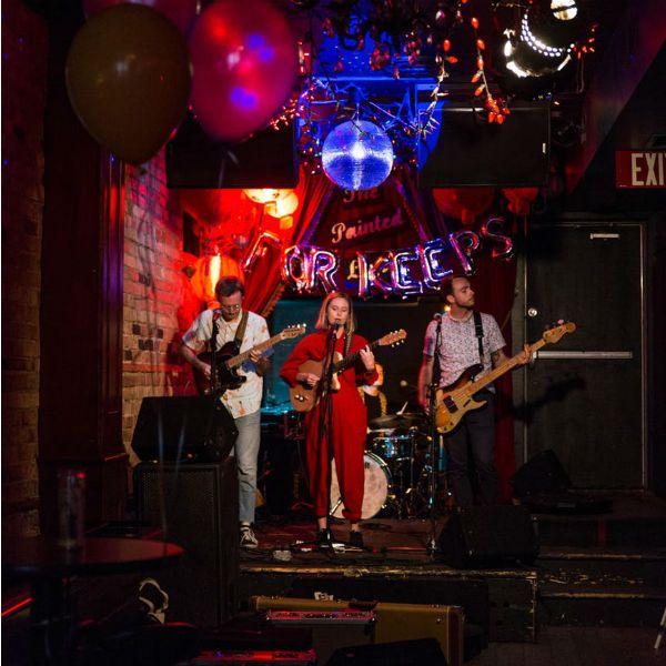 Tocar en una banda: Trio ensayando antes de una presentación