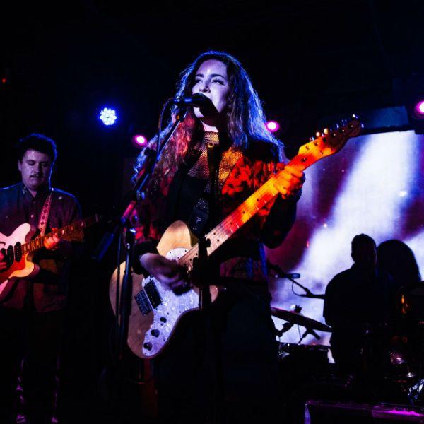 Tocar en una banda en vivo, con buena producción