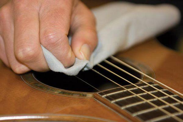A limpeza das cordas do violão deve abranger todos os lados da corda