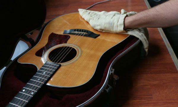 Pano seco é o ideal para limpar o corpo do violão