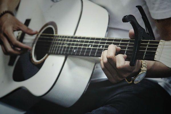 Tocar violão é bom, mas lipar o instrumento também é importante