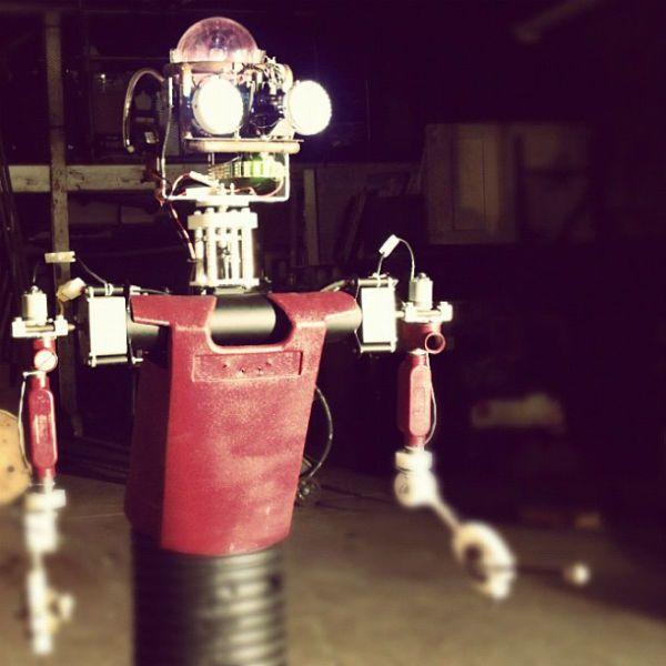 King Beat, o robô baterista da banda ArcAttack