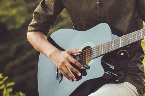 Jovem toca violão