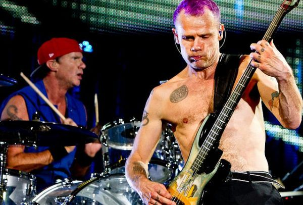 Chad Smith e Flea, durante um show do Red Hot Chili Peppers