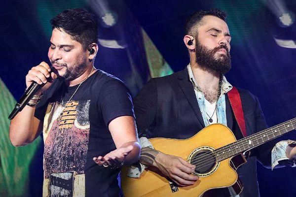 Jorge e Mateus, dupla de sertanejo universitário e romântico, durante show ao vivo