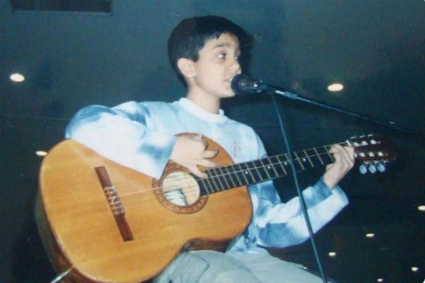 O ainda garoto Luan Santana tocando e cantando violão