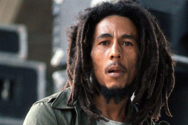 Bob Marley encara a camera com seu olhar sério, penetrante e cansado