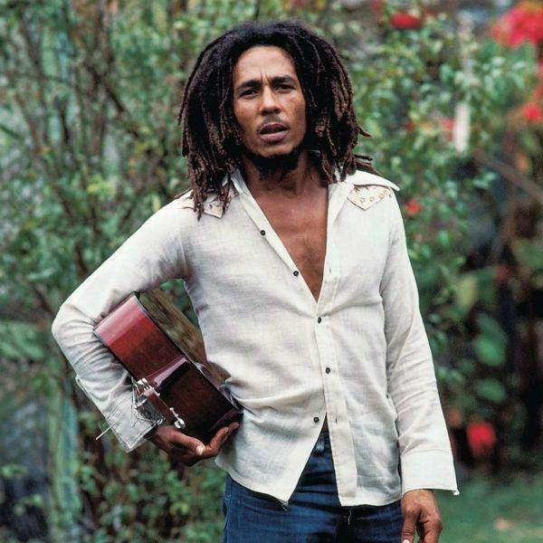 Bob Marley segura seu inseparável violão