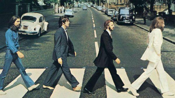O o fotógrafo Iain MacMillan registrou a famosa foto na qual os Beatles atravessam a rua que dá nome ao disco Abbey Road