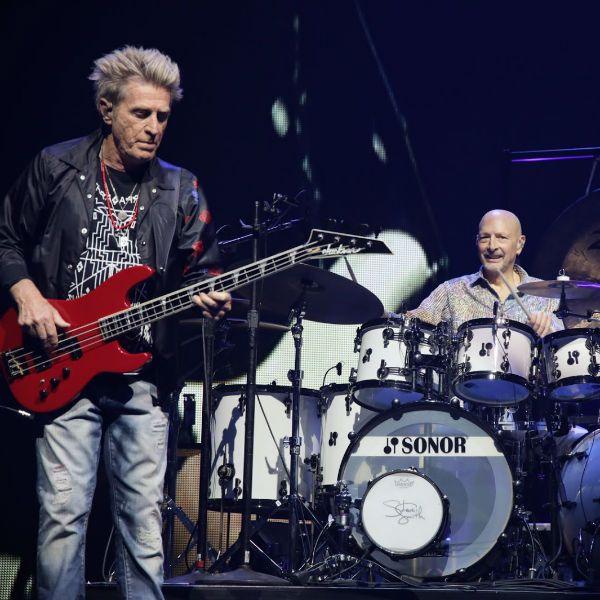 O baixista Ross Valory e o baterista Steve Smith, durante um show da banda Journey