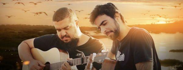 Gustavo Fofão e Caico Antunes tocam violão para um vídeo do Cifra Club