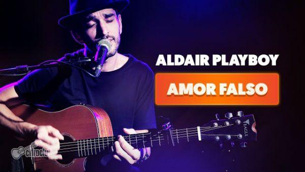Leo Eymard toca violão, para um vídeo do Cifra Club, na música Amor Falso