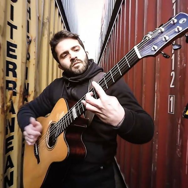 Luca Stricagnoli, violonista fingerstyle, tocando entre containers