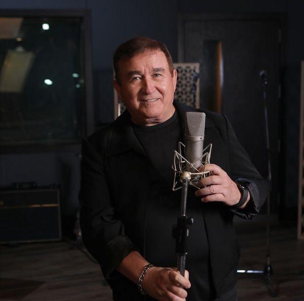 Amado Batista posa com microfone em mãos