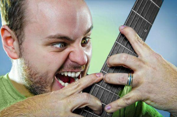 O olhar expressivo do músico Andy McKee, especialista em violão fingerstyle
