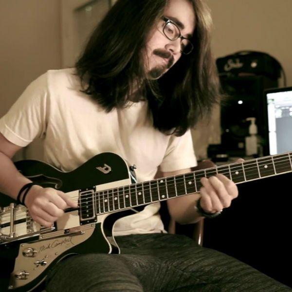 El guitarrista Mateus Asato toca el fingerstye en la guitarra eléctrica