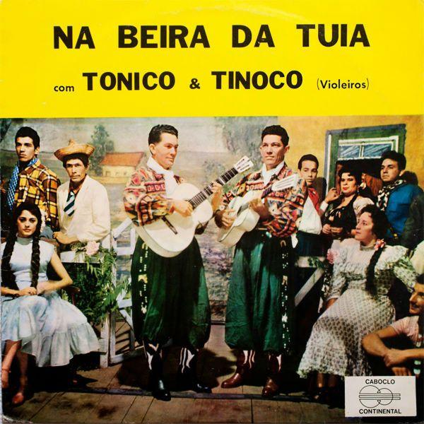 Com trajes caipiras, Tonico e Tinoco aparecem na capa do disco Na Beira da Tuiaia