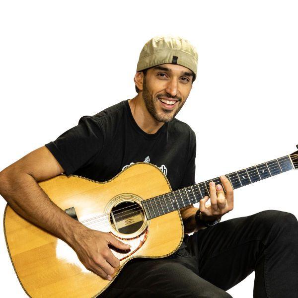 Musico Leo Eymard toca violão fingerstyle