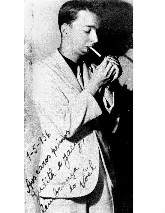 Foto clássica de Noel Rosa fumando um cigarro