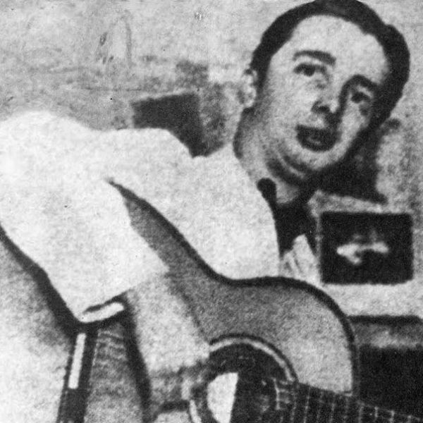 O sambista, músico e artista Noel Rosa tocando violão