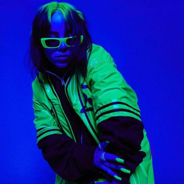 Billie Eilish sob os efeitos de uma luz azul fluorescente