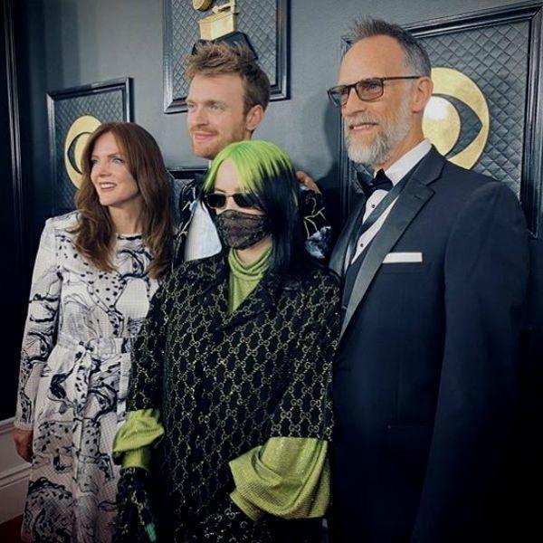 Billie Eilish e seus pais e irmão, durante a cerimônia do Grammy 2020