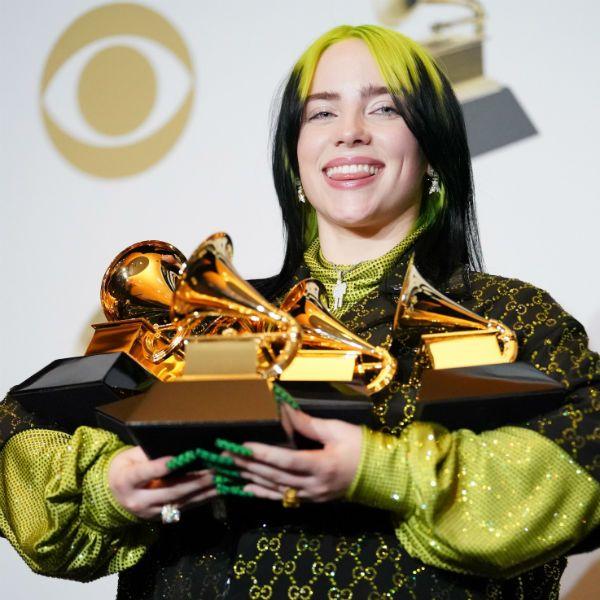 Billie Eilish segura seus cinco troféus conquistados no Grammy 2020