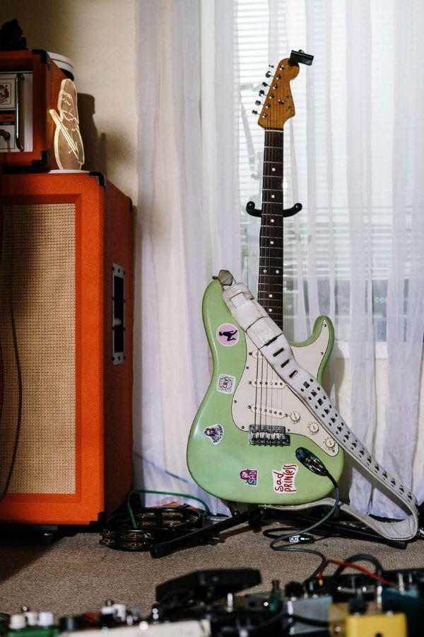 Set de guitarrista: guitarra stratcoaster, amplificador e pedais