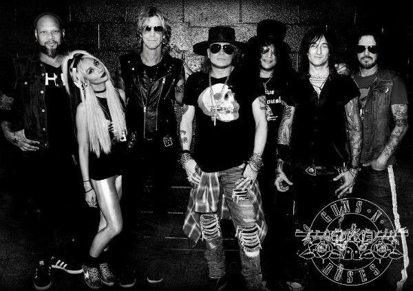 Frank Ferrer, Melissa Reese, Duff McKagan, Axl Rose, Slash e Richard Fortus: a atual formação do Guns N' Roses