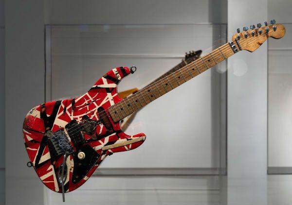 A guitarra frankstein ou frankstrato foi a primeira invenção de Eddie Van Halen