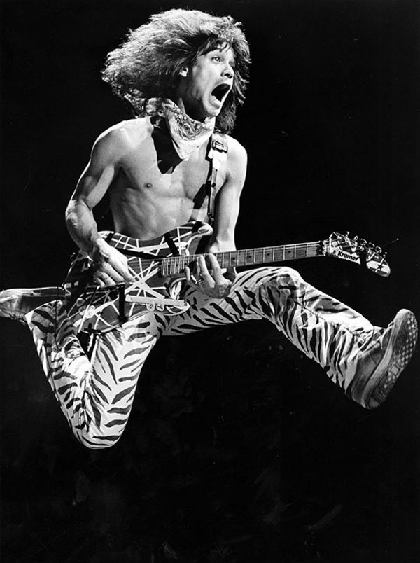 Eddie Van Halen pulando, com sua guitarra frankstein