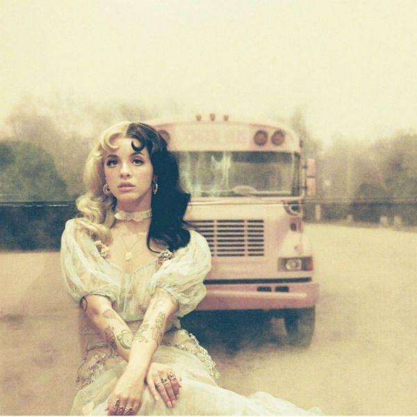 Melanie Martinez em frente a um ônibus em um dos clipes do EP K-12