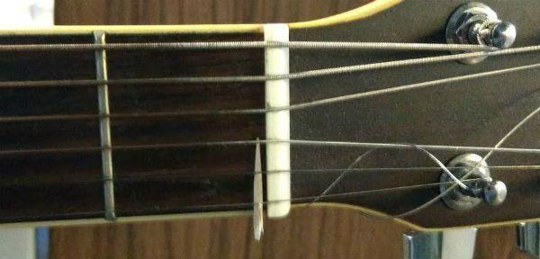 Palito de dente perto do nut é uma gambiarra comum para resolver problema no traste