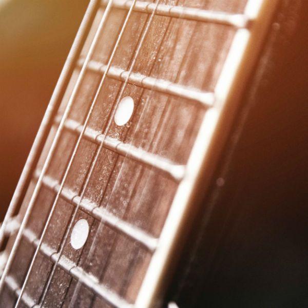 Braço de um violão com cordas de aço