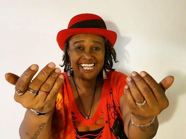Cantora Sandra de São, de chapéu vermelho, representatividade feminina na música negra