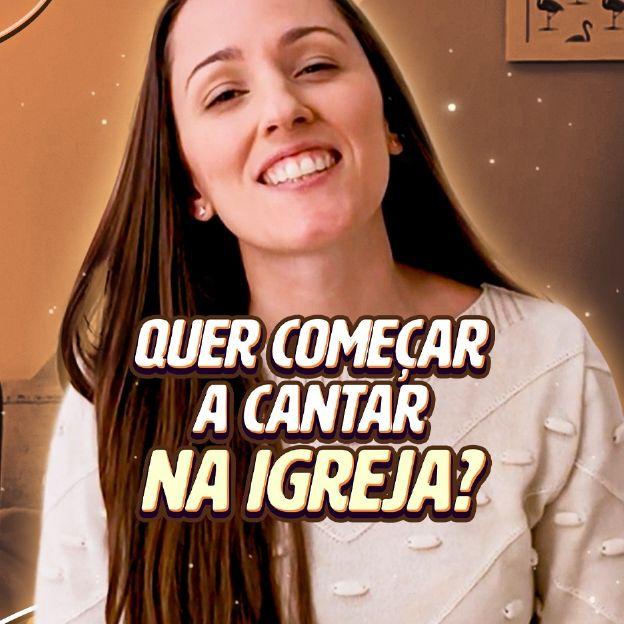 A instrutora Natália Sandim posa no canto direito da imagem com o título: Quer Começar a Cantar na Igreja