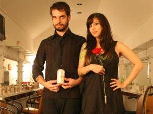 """Duo faz músicas acústicas em um estilo que eles chamam de """"fofolk"""""""