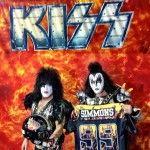Paul e Gene exibem o capacete e o uniforme do LA Kiss (Reprodução/Instagram)