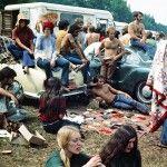 Hippies descansam entre um show e outro