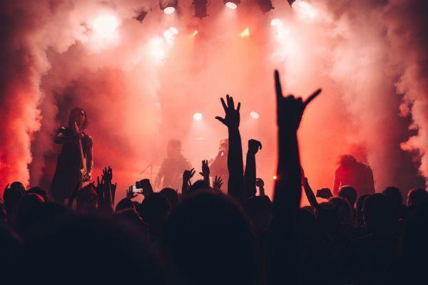 Fazer parte da plateia de um show é uma meta interessante na vida de um músico