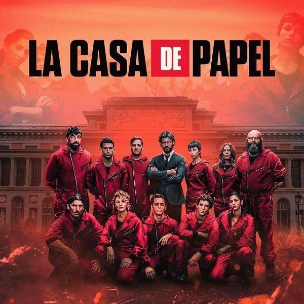 Os bandidos da série La Casa de Papel, sucesso da TV espanhola, posam em frente a Casa da Moeda
