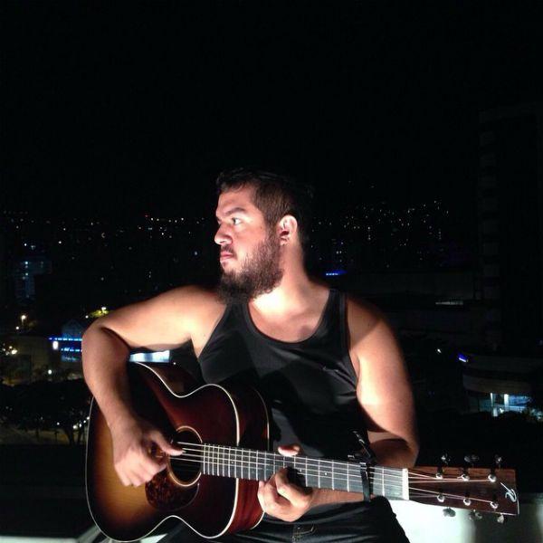 Gustavo Fofão tocando violão
