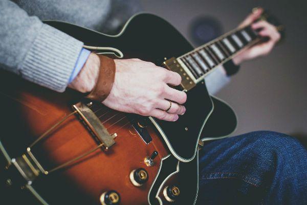 Sua Guitarra é uma plataforma que protege instrumentos musicais