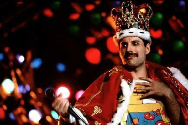 Freddie Mercury, do Queen, vestido de realeza do rock